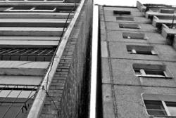 В среду 2-ое мужчин выпали с последнего этажа и выжили