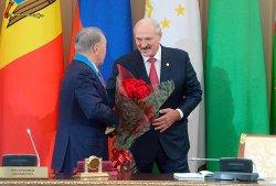 Лукашенко Назарбаева наградил орденом Дружбы народов