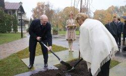 Минск: президент посадил в столице дерево устойчивого развития и мира